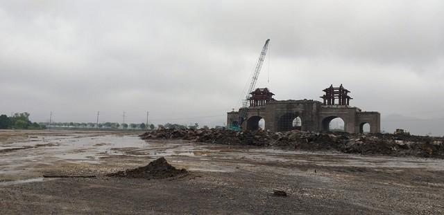 Cổng chính của Khu du lịch Tam Chúc - Ba Sao đang trong quá trình khởi công