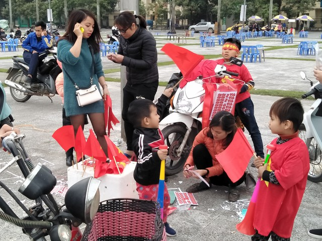 Người dân bắt đầu đổ về quảng trường Lam Sơn, nơi lắp đặp màn hình cỡ lớn