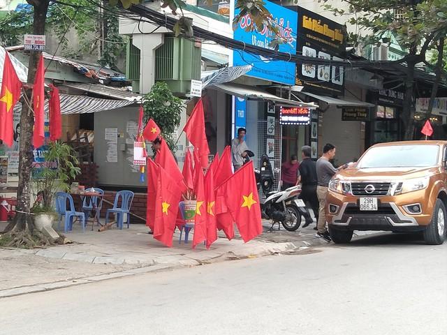 Để phục vụ người dân trên các tuyến phố cờ tổ quốc, băng zôn, áo... bày bán rất nhiều