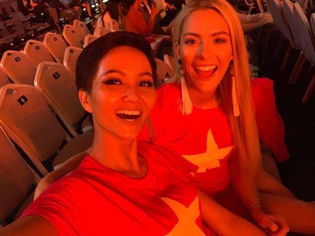 Người đẹp khéo léo trong ứng xử và nhận được sự ưu ái từ rất nhiều thí sinh. Trong hình cô đã rủ một người bạn mặc áo cờ đỏ sao vàng để cổ vũ đội tuyển Việt Nam.