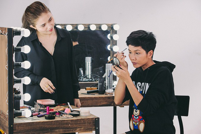 Giành vương miện Hoa hậu Hoàn Vũ Việt Nam 2017, Hhen Niê chắc suất thi Miss Universe 2018. Chính vì vậy, cô chuẩn bị rất kỹ cho hành trình chinh phục vương miện. Người đẹp tự học make-up để chuẩn bị cho 3 tuần thi.