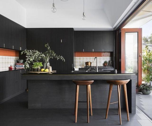 Ngay cả một căn bếp được thiết kế chủ yếu bằng màu đen như thế này cũng đủ khiến bạn bị cuốn hút.