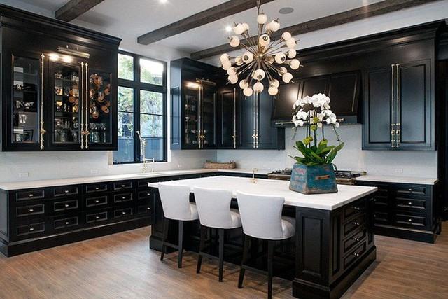 Bên cạnh ánh sáng tự nhiên, nguồn ánh sáng nhân tạo cũng giúp bùng lên vẻ đẹp vừa sang trọng lại tinh tế của căn bếp gia đình.