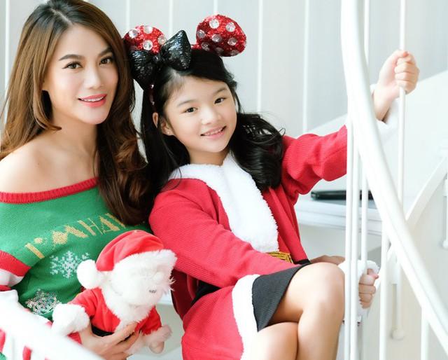 Dịp Noel này, dù bận rộn với công việc, Trương Ngọc Ánh cố gắng đưa con gái đi mua sắm cây thông và tự tay trang trí không gian ngôi nhà.