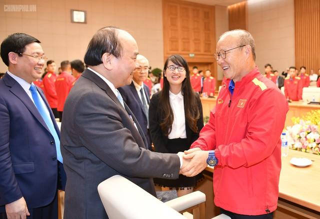 Thủ tướng chúc mừng HLV trưởng Đội tuyển Việt Nam Park Hang-seo. Ảnh: CP