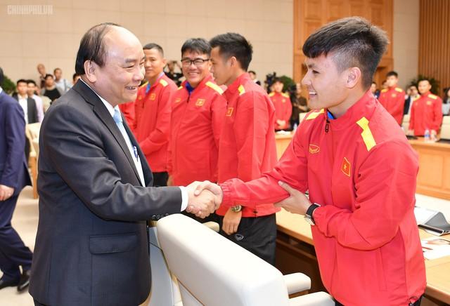 Thủ tướng chúc mừng thành công của các cầu thủ Việt Nam. Ảnh: CP