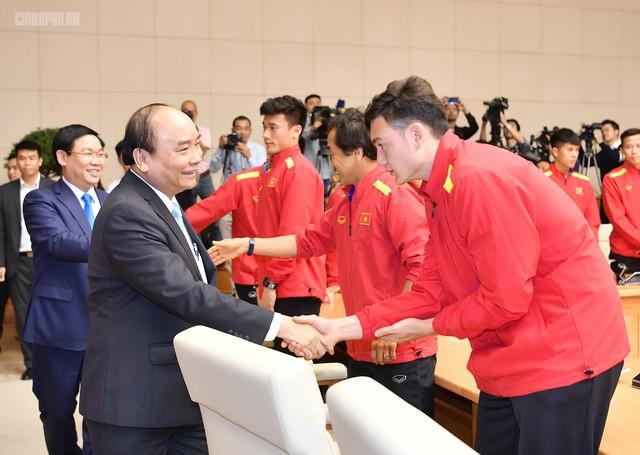 Thủ tướng bắt tay thủ môn Đặng Văn Lâm.