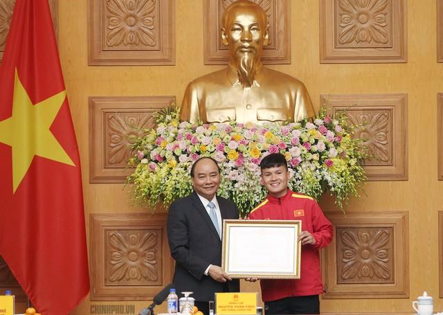 Thủ tướng trao Huân chương Lao động hạng Nhì cho tiền vệ Nguyễn Quang Hải. Ảnh: CP