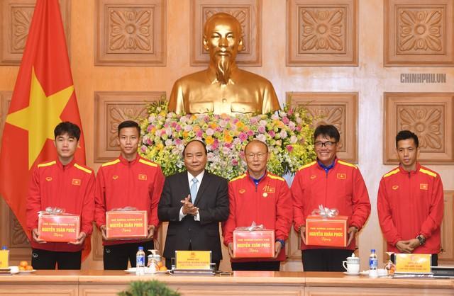 Thủ tướng trao quà cho Ban huấn luyện và Đội tuyển Việt Nam. Ảnh: CP