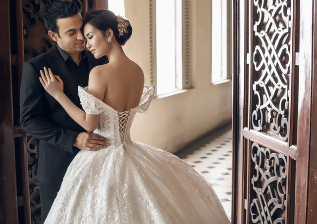 Váy cưới trễ vai giúp nữ ca sĩ khoe vai lưng trần sexy trước ống kính.