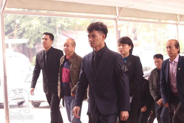 Xuân Bắc dẫn đầu đoàn viếng của Nhà hát Kịch Việt Nam bước vào phòng tang.