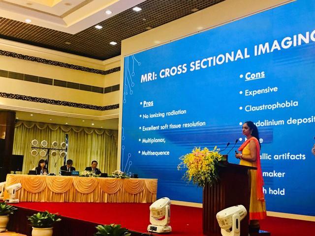 Các chuyên gia báo cáo tại Hội nghị ứng dụng kỹ thuật mới trong chẩn đoán và điều trị . Ảnh TG