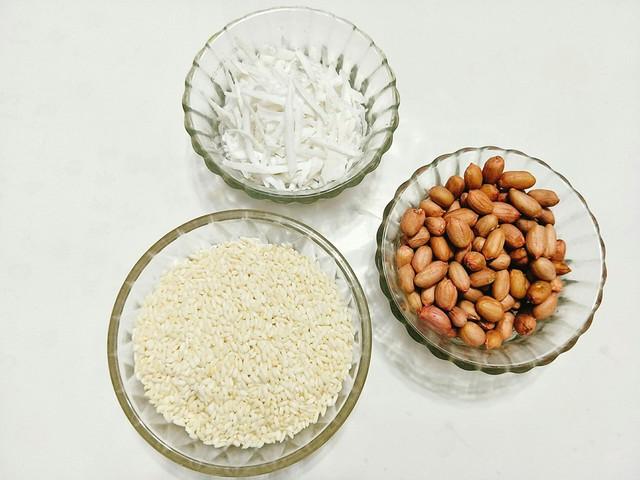 Chuẩn bị nguyên liệu: 500 gram gạo nếp ngon, 250 gram đậu phộng, 100 gram dừa bào sợi, một chút muối.