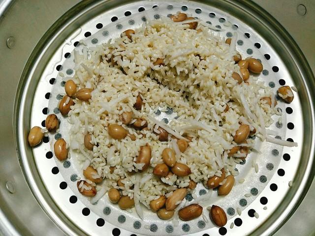Đặt xửng hấp lên bếp đun cho nước sôi rồi bạn cho gạo vào xửng, tạo một lỗ giữa xửng để hơi nước thoát lên xôi sẽ nhanh chín hơn. Đậy vung và hấp khoảng 30 phút là xôi chín mềm, dùng đũa xới đều cho các hạt xôi tơi ra, hấp thêm 2-3 phút là tắt bếp. Xới xôi ra đĩa mời gia đình thưởng thức.