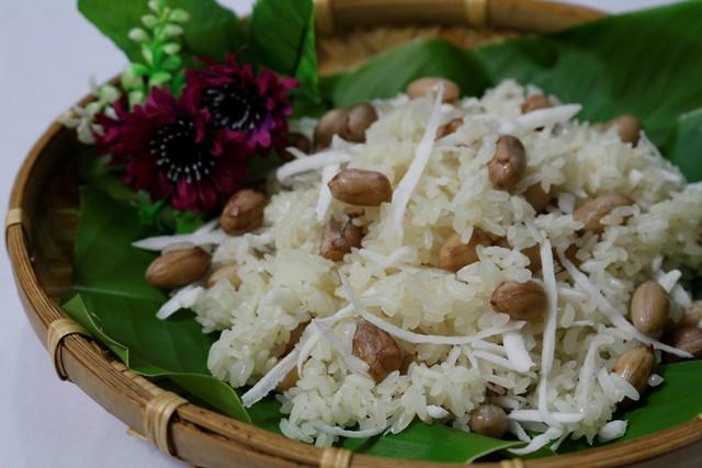 Xôi đậu phộng dừa dẻo mềm, beo béo, thơm lừng làm hài lòng bất cứ ai khi được thưởng thức, hãy trổ tài làm ngay món xôi này cho cả nhà thưởng thức bữa sáng thôi!