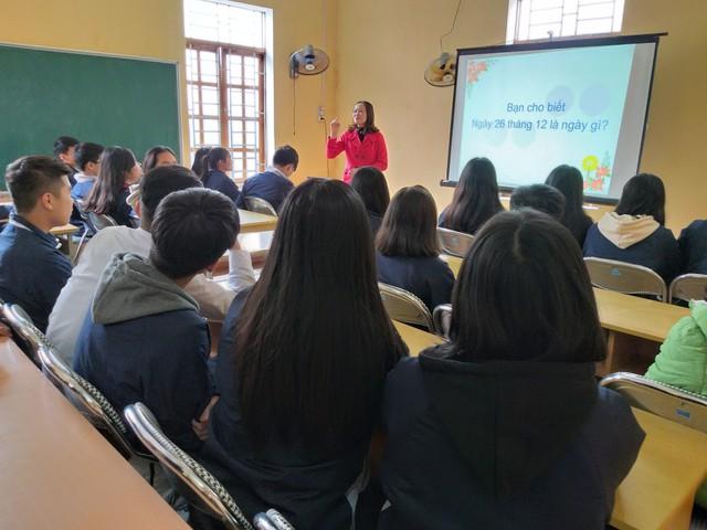 Cô Phạm Thị Thu Hà- Giám đốc trung tâm dân số quận Kiến An HP tư vấn cho các em học sinh THPT Đồng Hòa về khám sức khỏe tiền hôn nhân tại trạm y tế phường Đồng Hòa.