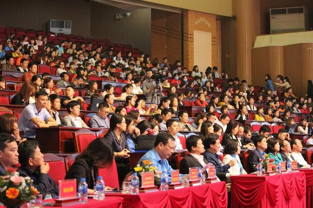 Hàng trăm lao động đến tham gia chương trình tư vấn, đối thoại chính sách BHXH, BHYT.