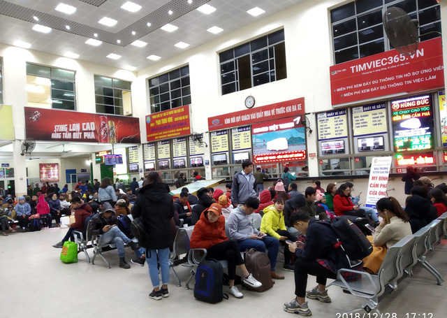 Lượng lớn hành khách đang ngồi chờ xe tại bến Mỹ Đình.