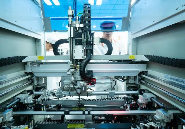 Hệ thống máy tự động gia công các linh kiện điện thoại tinh vi.