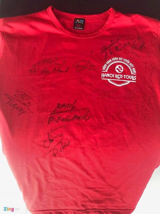 Anh Hoan, một hành khách trên chuyến bay xin được nhiều chữ ký cầu thủ trên áo của mình.