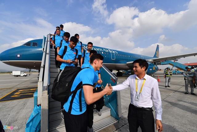 Toàn đội được đại diện Vietnam Airlines và các đơn vị báo giới đón ở chân cầu thang máy bay.