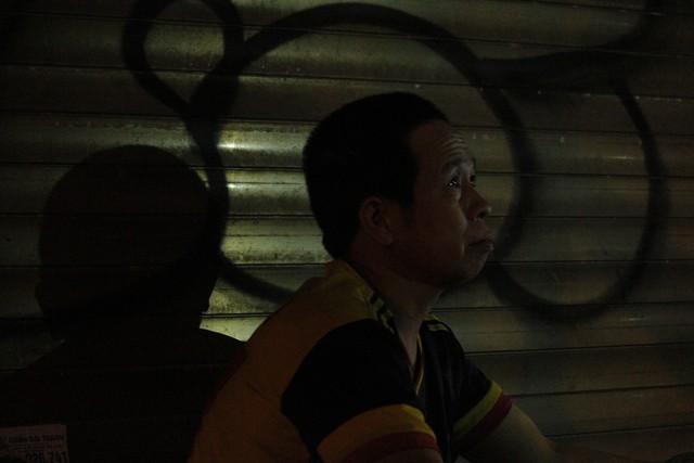 Hình bóng người đàn ông tên Hà như hòa vào màn đêm đông đen tối.