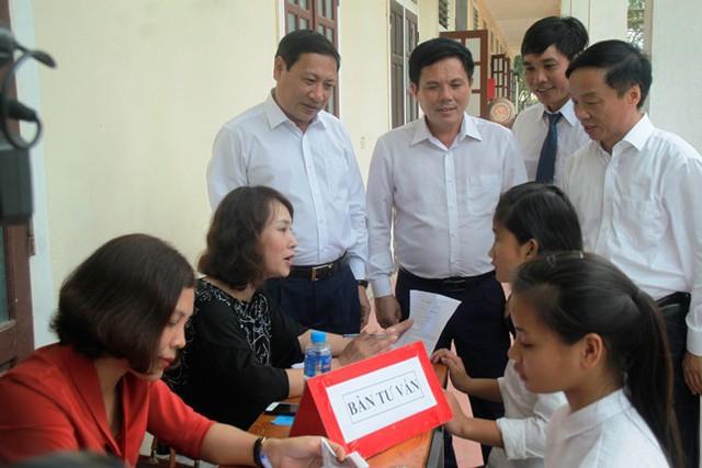 Lãnh đạo Tổng cục DS-KHHGĐ cùng các Sở, ban ngành thăm bàn tư vấn chăm sóc SKSS cho các em học sinh. Ảnh: Vũ Đồng