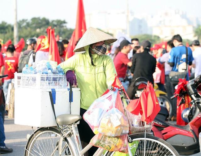 Ngô luộc, bánh mì, bánh bao cũng góp mặt để phục vụ người dân.