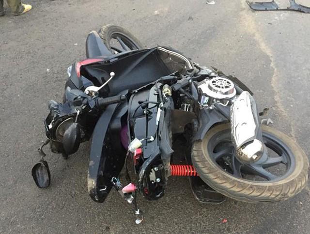 Chiếc xe máy của hai mẹ con chị Nga hư hỏng nặng sau tai nạn. Ảnh: Minh Quý.