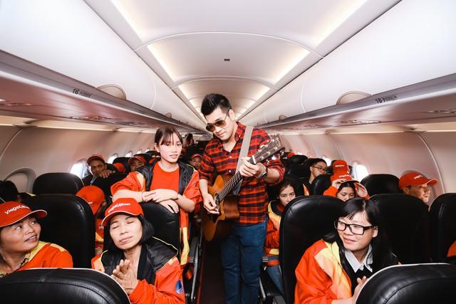 Trên chuyến bay, ca khúc Tết này con sẽ về của Chi Dân rộn ràng chào đón những vị khách đặc biệt.