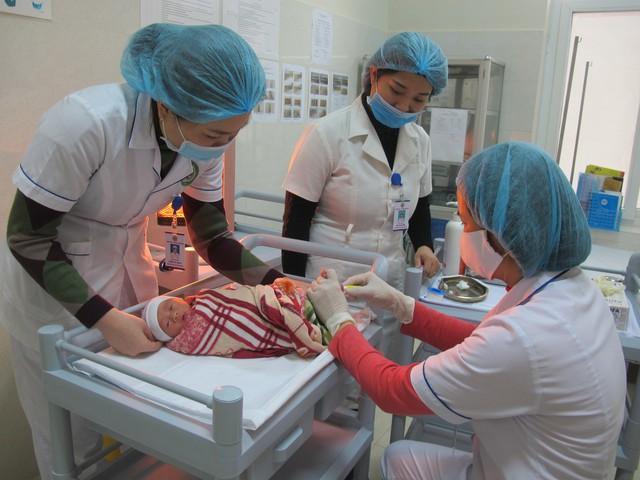 Lấy mẫu máu gót chân để sàng lọc sơ sinh cho trẻ ở Tân Sơn, Phú Thọ. Ảnh: H.Quân