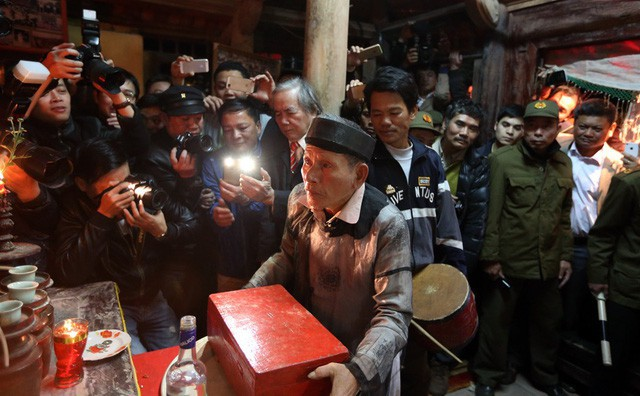 Hộp Nõ và Nường được đặt trước bàn thờ để chuẩn bị cho nghi thức quan trọng nhất. Ảnh: Mạnh Thắng