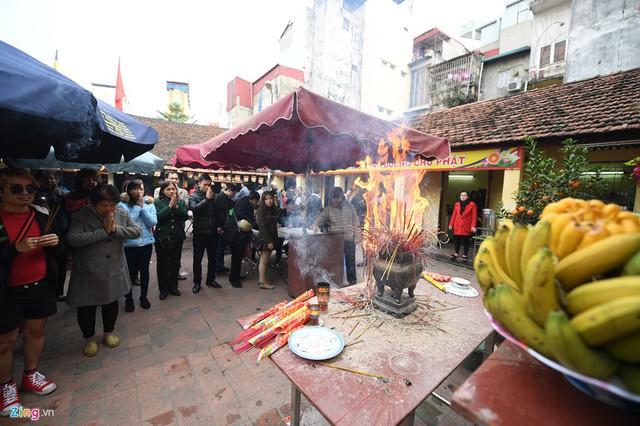 Tối mùng 8 tháng Giêng, chùa tổ chức lễ khoá sao La Hầu. Ngay từ đầu giờ chiều, đã có hàng trăm người đến làm lễ sớm.