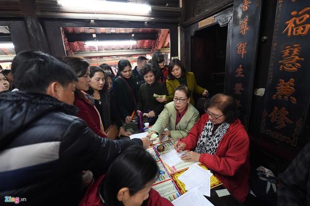 Bên trong, nhà chùa tấp nập tiếp nhận phiếu đăng ký và thu phí dâng sao giải hạn của người dân.