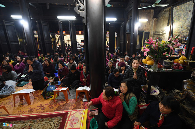 14h chiều, bên trong Tam Bảo đã chật kín người xếp chỗ sẵn để chờ lễ khoá sao vào 19h.