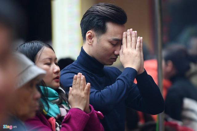 Nghệ sĩ hài Thành Trung cũng có mặt từ sớm trong buổi chiều thành tâm làm lễ.