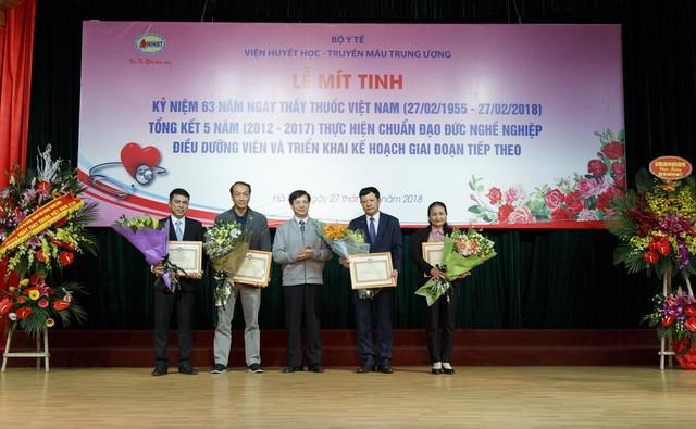 Ông Phạm Đức Mục - Chủ tịch Hội Điều dưỡng Việt Nam trao tặng Bằng khen Hội điều dưỡng Việt Nam cho tập thể Chi hội Điều dưỡng Viện Huyết học-Truyền máu Trung ương và 4 cá nhân của Viện này.