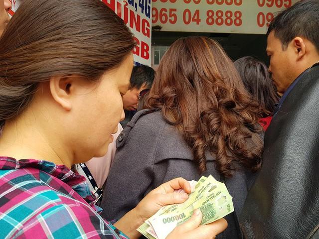Đợt này nhà mạng tặng tiền cho cả thuê bao trả trước đã khóa hai chiều và không giới hạn cả số thẻ nạp nên nhiều người chuẩn bị cả triệu đồng sẵn sàng mua nhiều thẻ. .