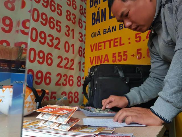 Hàng xấp thẻ nạp tiền điện thoại của các nhà mạng được mua gom trong ngày 28/2, ngày cuối cùng áp dụng khuyến mại 50%.