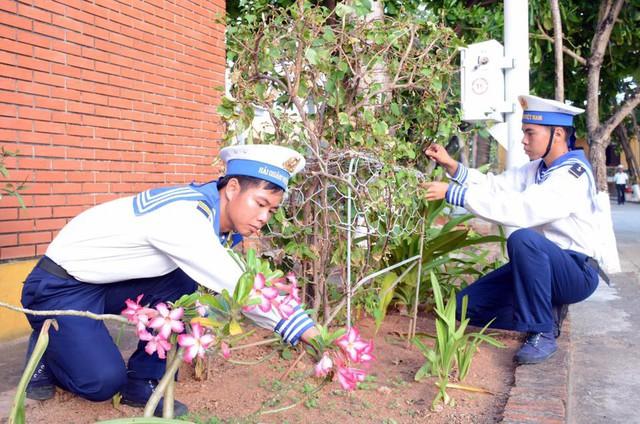 Những người lính đang chăm sóc hoa trên đảo Trường Sa.