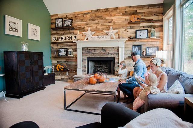Phòng khách sang trọng với bức tường gỗ xuất hiện thật duyên dáng.