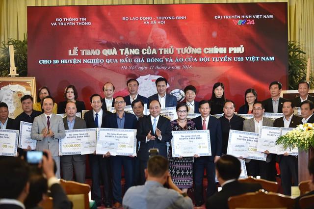 Thủ tướng Chính phủ Nguyễn Xuân Phúc trao quà tặng cho các huyện nghèo.