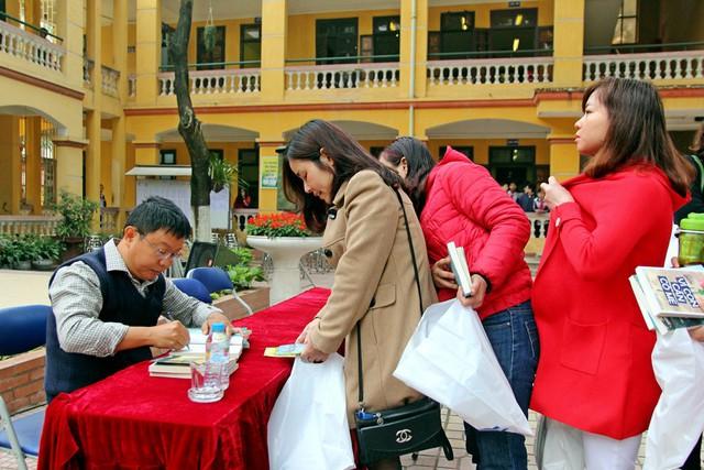 Sau buổi chia sẻ, thầy Nguyễn Thành Nhân đã kí tặng sách cho các thầy cô, phụ huynh, học sinh trong trường.