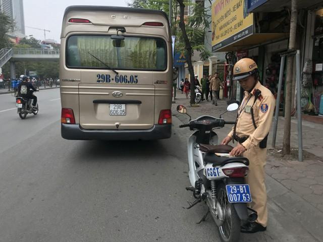 Chiếc xe khách 29 chỗ không thể qua cầu vượt Thái Hà - Chùa Bộc.