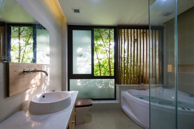 Nhà tắm thiết kế hiện đại và sạch sẽ.