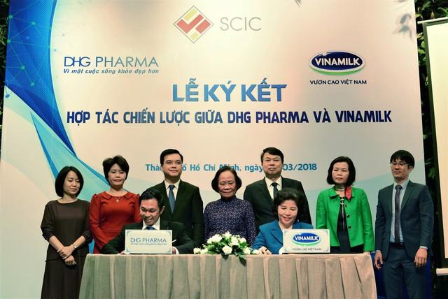 Ông Đoàn Đình Khương – Quyền Tổng Giám đốc DHG Pharma và bà Mai Kiều Liên - Tổng Giám đốc Công ty Cổ phần Sữa Việt Nam cùng ký kết hợp tác chiến lược.