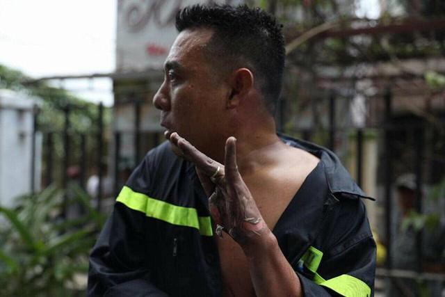 Hình ảnh bày tay trầy trợt từng mảng da lớn của một chiến sĩ PCCC đang lan truyền chóng mặt trên MXH. (Nguồn ảnh: Trung tâm Tin tức VTV24)