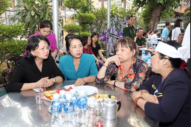 Phó Chủ tịch nước Đặng Thị Ngọc Thịnh (trái) và bà Trần Kim Yến (Bí thư quận 1) thăm hỏi gia đình nữ chủ tịch phường Nguyễn Thái Bình, quận 1, TP HCM.