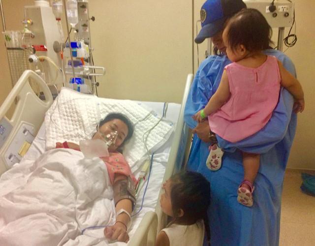 Anh Trần Quyết đưa hai con vào thăm mẹ đang điều trị trong bệnh viện. Ảnh: Thiên Chương.