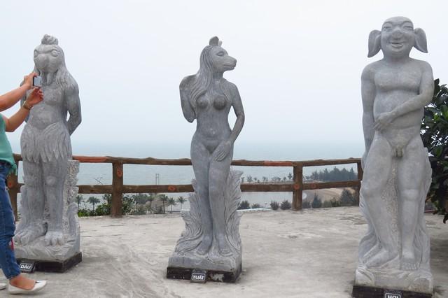 Những pho tượng biểu trưng cho 12 con giáp ở Đồ Sơn đang gây xôn xao dư luận. Ảnh: SL